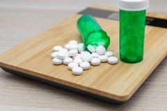 Pillen en groene flessen royalty-vrije stock foto