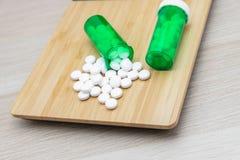 Pillen en groene flessen stock afbeelding
