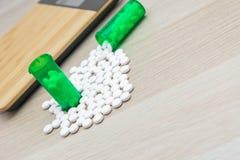 Pillen en groene flessen stock afbeeldingen