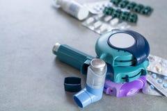 Pillen en inhaleertoestellen voor astma, bronchitis, longenziekten royalty-vrije stock afbeeldingen