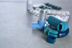 Pillen en inhaleertoestellen voor astma, bronchitis, longenziekten royalty-vrije stock foto