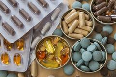 Pillen en multivitamins stock afbeelding