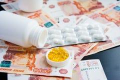 Pillen en Russische roebels op zwarte Royalty-vrije Stock Foto