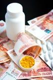 Pillen en Russische roebels op zwarte Royalty-vrije Stock Foto's