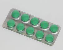 Pillen für Kopfschmerzen und Klammern in der silbernen Blase Stockfotografie