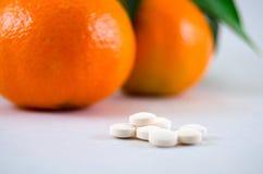 Pillen gegen Frucht. Lizenzfreie Stockbilder