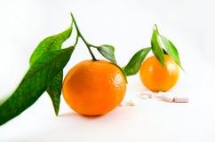 Pillen gegen Frucht. Stockbild