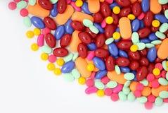 Pillen getrennt auf Weiß stockfoto