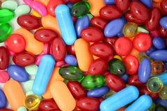 Pillen getrennt auf Weiß lizenzfreies stockfoto