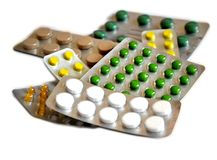 Pillen im grünen und gelben Blisterpackungen Weiß-Hintergrund Lizenzfreies Stockfoto
