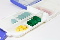 Pillen im Pille-Kasten lizenzfreies stockfoto