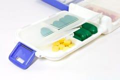 Pillen im Pille-Kasten stockbild