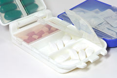 Pillen im Pille-Kasten stockbilder