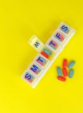 Pillen im Pilleorganisator Stockfoto