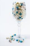 Pillen im Weinglas Lizenzfreie Stockbilder