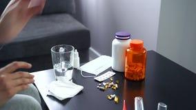 Pillen, Kapseln und Thermometer auf dem Tisch Frau, die Medikation nimmt stock video