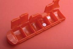Pillen-Kasten mit der letzten Pille verließ flachen Fokus lizenzfreies stockbild