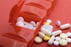 Pillen-Kasten mit vielen Pillen, die flachen Fokus der Gesundheitsprobleme veranschaulichen lizenzfreie stockfotos