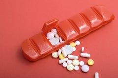 Pillen-Kasten mit vielen Pillen, die flachen Fokus der Gesundheitsprobleme veranschaulichen stockbilder