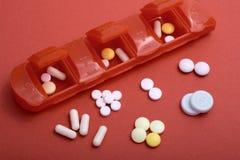 Pillen-Kasten mit vielen Pillen, die flachen Fokus der Gesundheitsprobleme veranschaulichen lizenzfreies stockbild