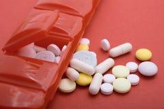 Pillen-Kasten mit vielen Pillen, die flachen Fokus der Gesundheitsprobleme veranschaulichen stockfotos