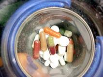Pillen in kom Stock Afbeeldingen