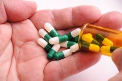 Pillen in Man Hand Royalty-vrije Stock Afbeeldingen