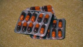 Pillen Medikationsnahaufnahme Blasen mit braun-orange Tabletten liegen auf einer Serviette Biologisch-aktive Zusätze und stock video