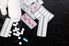 Pillen Medizin-Pillen in der Blisterpackung Tabletten und Flasche Lizenzfreie Stockfotos