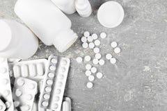 Pillen Medizin-Pillen in der Blisterpackung Tabletten und Flasche Lizenzfreie Stockfotografie