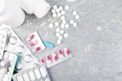 Pillen Medizin-Pillen in der Blisterpackung Tabletten und Flasche Stockbild
