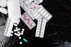 Pillen Medizin-Pillen in der Blisterpackung Tabletten und Flasche Stockfotografie