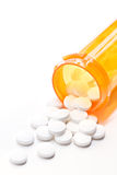 Pillen mit Flasche auf Weiß Lizenzfreie Stockfotografie