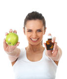 Pillen oder Apfel, zwei Quellen der Vitamine, getrennt lizenzfreies stockfoto