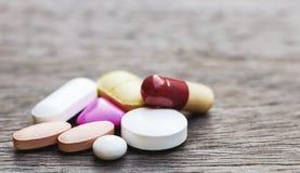Pillen oder Medizin auf hölzerner Tabelle Die Droge ist erforderlich, die Krankheit zu behandeln stockfotos