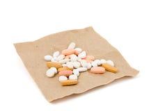 Pillen op bruin verpakkend document Stock Foto