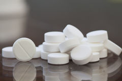 Pillen op de lijst Sluit omhoog stock foto