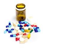 Pillen op de lijst Sluit omhoog Stock Afbeelding