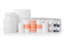 Pillen op een wit rood kruis als achtergrond Stock Foto