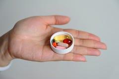 Pillen op hand stock afbeelding