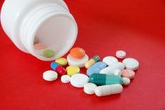 Pillen op Rood stock afbeeldingen