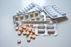 Pillen op witte achtergrond worden geïsoleerd die Stock Foto