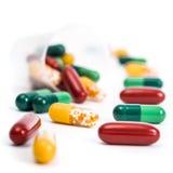 Pillen op witte achtergrond worden geïsoleerd die Stock Afbeeldingen