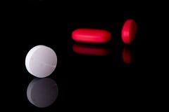 Pillen op zwarte achtergrond Stock Afbeelding