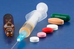 Pillen, spuit, flesje en ampul stock afbeelding