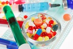 Pillen, steriel masker, ampullen en spuit Royalty-vrije Stock Fotografie