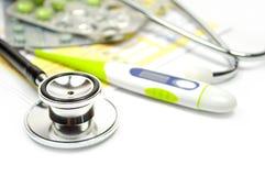 Pillen, stethoscoop, geneeskunde en thermometers stock afbeelding