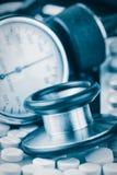 Pillen, Stethoskop und Sphygmomanometer Lizenzfreies Stockfoto