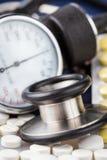 Pillen, Stethoskop und Sphygmomanometer Stockfotografie