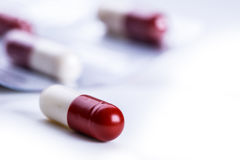 Pillen tabletten capsule Hoop van pillen Medische achtergrond Close-up van stapel van rode witte tabletten - capsule Pillen en Ta Stock Foto